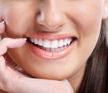 Causas y tratamientos para una sonrisa gingival