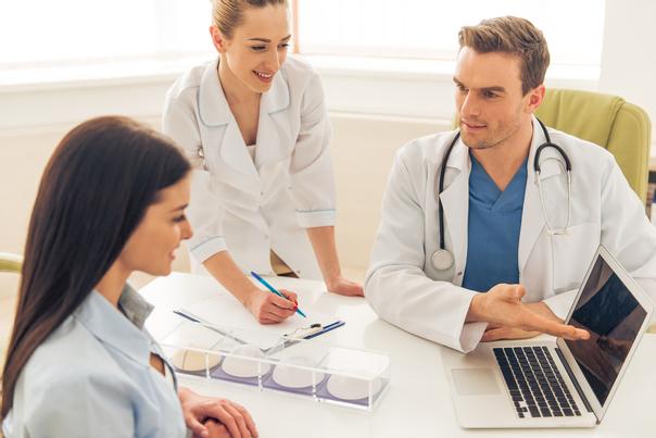 Cirujano para mamoplastia de reducción.