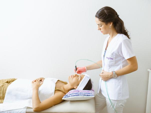 Paciente en tratamiento de microdermoabrasión.