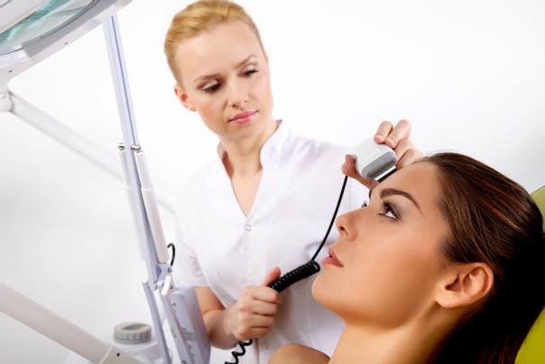 Primera cita con el dermatólogo para tratamiento de manchas en la piel.